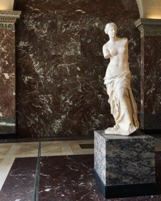 Imitation. ✌🏻  #art #venusdemilo #masterpiece #louvremuseum #louvre #paris #14UgoestoParis
